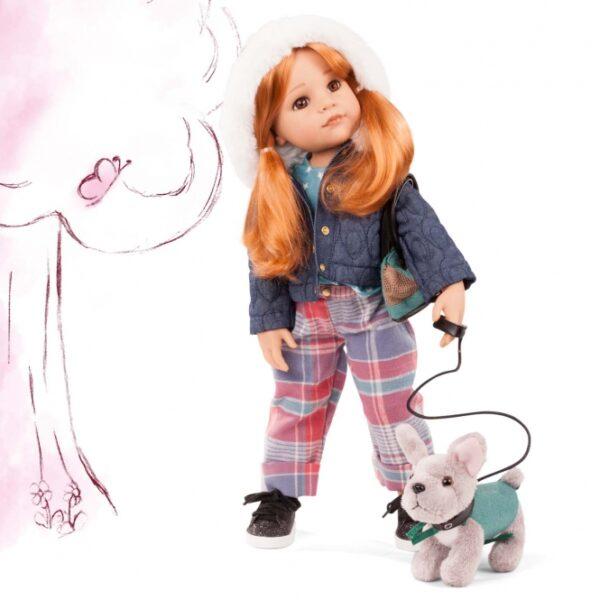 περιγραφή Η Χάνα και ο σκύλος της είναι αχώριστες, σήμερα πηγαίνουν στο πάρκο για να ταΐσουν τις πάπιες και το Χούντι το παρακολουθεί υπάκουα. Κρύει έξω, οπότε η Χάνα φοράει τα ζεστά καρό παντελόνια της, τα οποία είναι όμορφα τραχιά, ένα μακρυμάνικο πουκάμισο με κομψά αστέρια πάνω του και το καπιτονέ τζιν μπουφάν με γούνα στο καπό. Αυτό σας κρατά ζεστό και φαίνεται δροσερό. Ο μικρός φίλος έχει επίσης το ακρωτήρι του έτσι ώστε να μην κρυώσει και η τσάντα της Χάνα είναι επίσης συντονισμένη με το χρώμα με το σκύλο, γι 'αυτό τους αρέσει να επιδεικνύονται. Η Hannah προέρχεται από την οικογένεια των κατασκευαστικών κουκλών της GÖTZ, οι οποίες αριθμούνται και περιορίζονται στην παραγωγή με τα υψηλότερα ποιοτικά πρότυπα. Τα πρόσωπά τους σχεδιάστηκαν από γνωστούς σχεδιαστές κουκλών. Ως σήμα ποιότητας, σε κάθε κούκλα εργοστασίου GÖTZ παρέχεται πιστοποιητικό και η κορδέλα σφραγίδας GÖTZ. Μόνο μαλλιά υψηλής ποιότητας με φυσική εμφάνιση χρησιμοποιείται για αυτήν την κούκλα. Τα μαλλιά είναι ραμμένα στο κεφάλι της κούκλας και είναι πολύ ανθεκτικά. Τα παιδιά μπορούν εύκολα να τα πλένουν, να τα μαλλιά και να τα χτενίζουν (βλ. Πληροφορίες προϊόντος) Δεν υπάρχει σχεδόν κανένα όριο στην εφευρετικότητα των παιδιών. Σετ που αποτελείται από: Χάνα (περίπου 820 g) σακάκι Μακρυμάνικο πουκάμισο παντελόνι Πάνινα παπούτσια Glitter Σκύλος με λουρί και τσόχα Τσάντα μεταφοράς σκύλου πλήρως μετακινούμενο και δυνατό βινύλιο σκληρό σώμα κατάλληλο για 3 χρόνια, σας προτείνουμε την κούκλα από την ηλικία των 5 ετών ΚΙΝΔΥΝΟΣ: Δεν είναι κατάλληλο για παιδιά κάτω των 3 ετών λόγω του κινδύνου ασφυξίας από μικρά μέρη που μπορεί να καταποθούν.